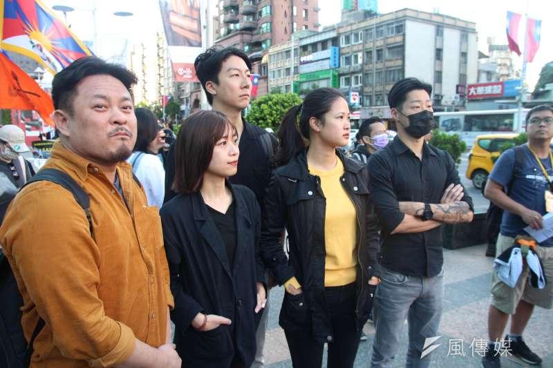 20201025-「香港邊城青年」發起撐港遊行,超過3000位民眾參與遊行,今天(25日)下午從台北捷運忠孝復興站出發,要到香港經貿文化辦事處表達訴求。民進黨立委洪申翰(左一)(黃信維攝)