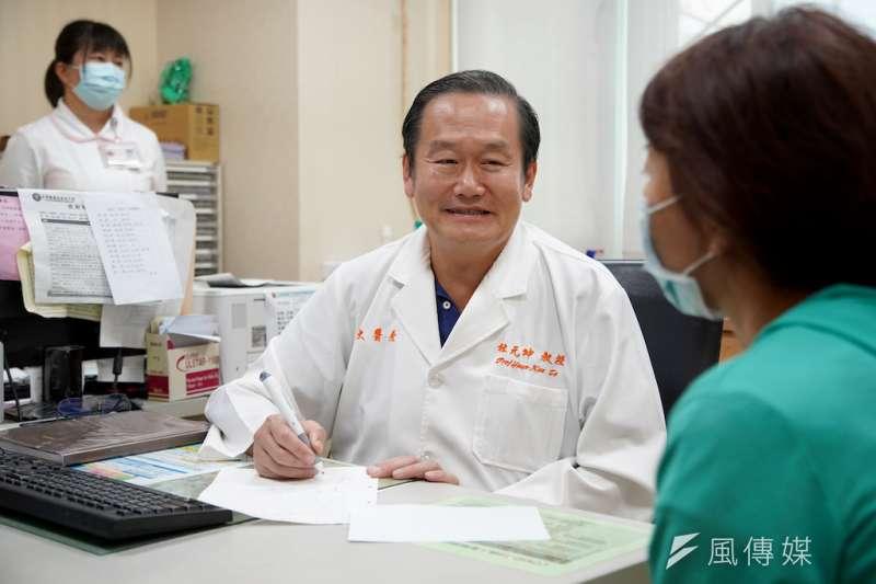 義大醫院杜元坤院長指出幹細胞所培養萃取出的「細胞外泌體」是目前有最高效作用的超奈米物質(圖/義大醫院杜元坤院長提供)