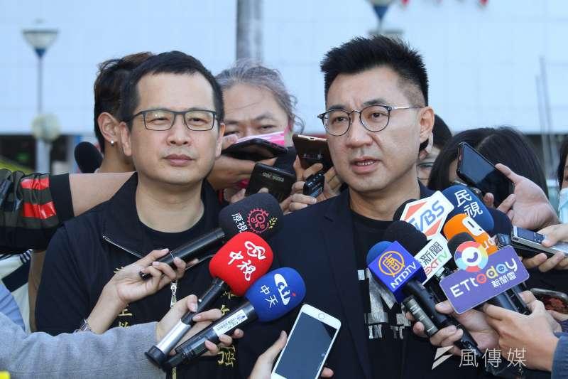 國民黨台北市議員羅智強(左)於臉書發文聲援黨主席江啟臣(右),表示出外界流傳的黨主席民調是空穴來風。(資料照,蔡親傑攝)