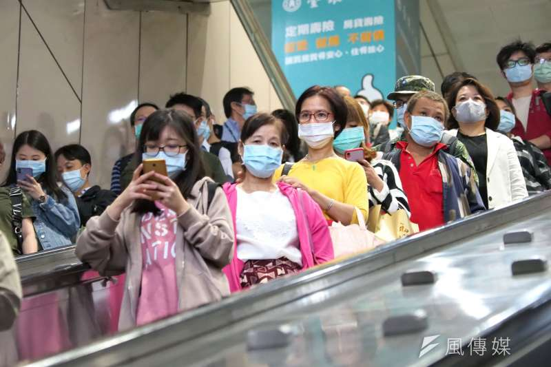 20201029-搭台北捷運乘客須強制戴口罩。( 林瑞慶攝)