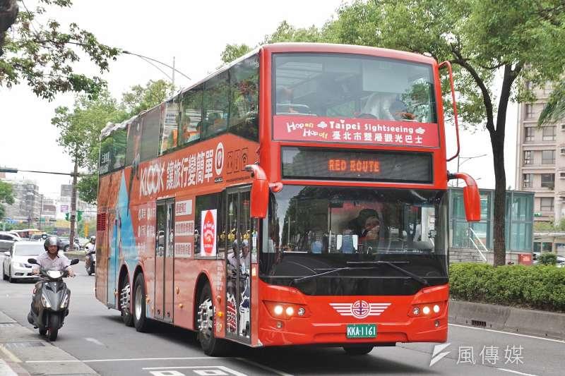 國際旅客較常造訪的台北市,無論景點或旅宿業者都在疫情影響下受傷慘重。圖為台北市觀光雙層巴士。(資料照,盧逸峰攝)