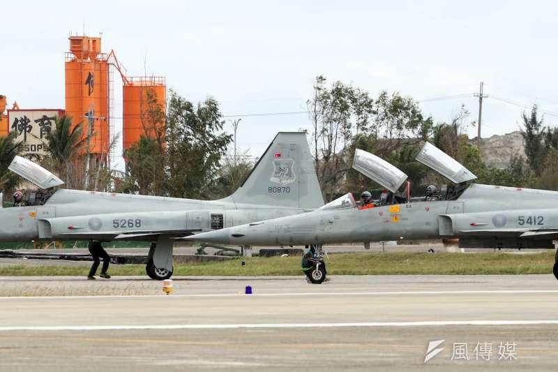 台東志航基地F-5戰機(左為E型、右為F型)失事事件,引發外界對其機齡、使用年限等的關注。圖非當事戰鬥機。(資料照,蘇仲泓攝)