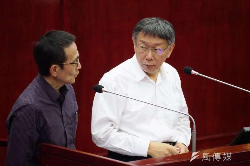 台北市長柯文哲(右)29日於市議會備詢,多數議員仍關注美豬議題。(盧逸峰攝)