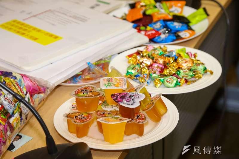 20201030-民進黨立委林俊憲30日召開「官僚政策又一樁!果凍糖果強制標示一堆,消費者看攏無!」記者會。(顏麟宇攝)