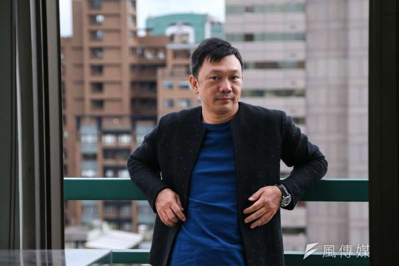 導演黃信堯接受專訪表示,他在《同學麥娜絲》想訴說中年男子的苦悶。(顏麟宇攝)