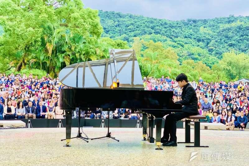 蕭邦露天音樂會:旅台鋼琴家劉愷孟門生林大一演奏(簡恒宇攝)