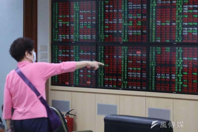 今年第一個交易日,台股強勢攻克14,900點,持續朝向「萬五」叩關。(資料照,柯承惠攝)