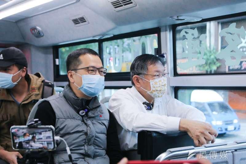 國民黨台北市議員羅智強(左起)11日上午和台北市長柯文哲一同搭公車。(方炳超攝)