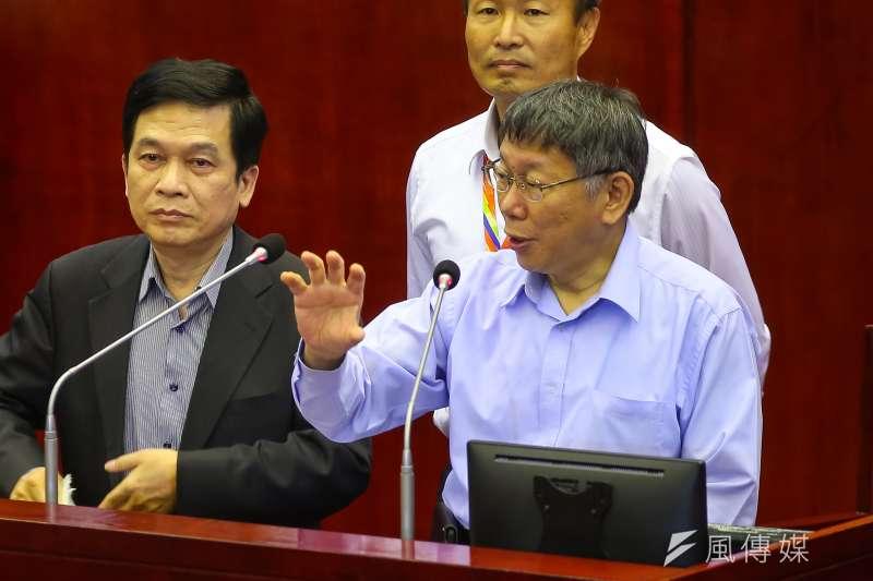行政院發言人丁怡銘指2020台北牛肉麵節冠軍用的是萊牛挨批後道歉,對此台北市長柯文哲(右一)表示,「他們作梗圖做習慣了,改不掉」。(顏麟宇攝)