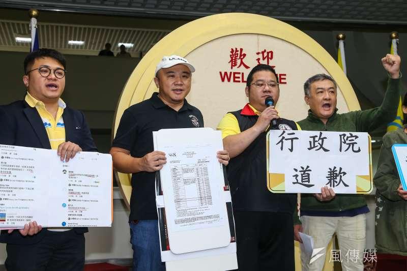 皇家傳承牛肉麵店家老闆陳宏斌(左二)及台北市牛肉麵交流協會12日於市議會召開記者會,要求行政院道歉。(顏麟宇攝)