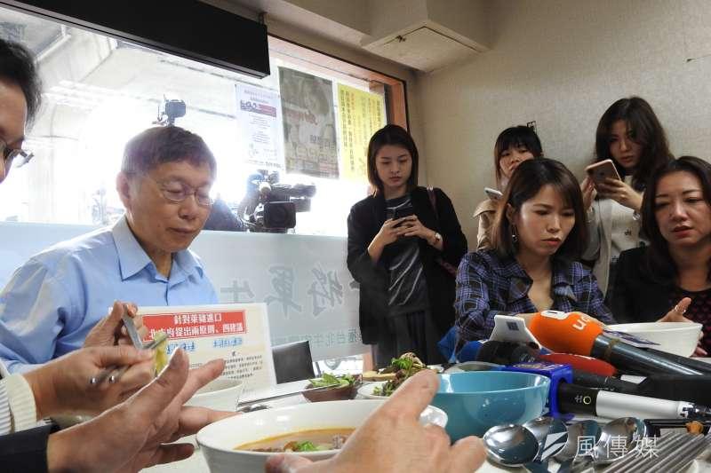 台北市長柯文哲13日前往「番茄組」冠軍店家吃牛肉麵,表達支持。(方炳超攝)