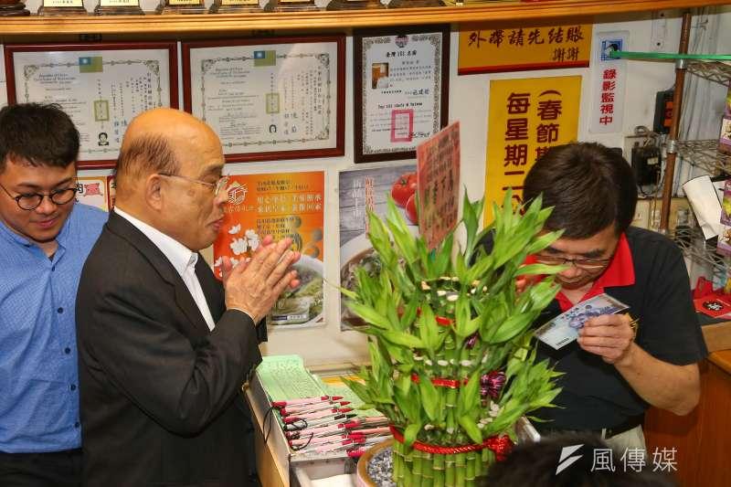 行政院長蘇貞昌(左)13日至「皇家傳承牛肉麵重慶店」向老闆致歉,並親自結帳。(顏麟宇攝)