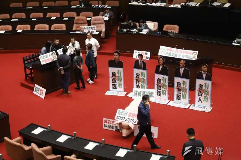 20201113-行政院長蘇貞昌赴立法院施政報告及備詢,議場內藍委已經準備好杯葛看板。