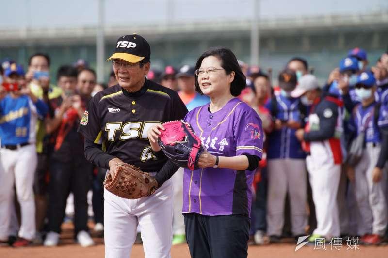 民進黨主席、總統蔡英文15日出席小英盃慢壘賽開幕典禮並開球。(盧逸峰攝)