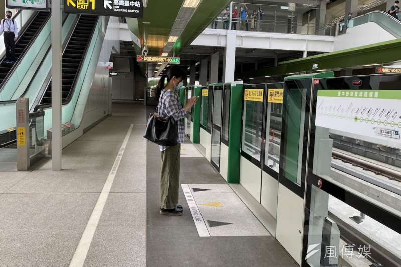 台中捷運綠線試營運吸引許多民眾搭乘,甚至連上班族都開始搭乘上下班,中捷公司也微調各站靠站時間。(圖/記者王秀禾攝)
