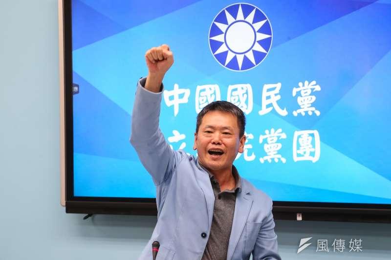 國民黨將參與秋鬥,黨團總召林為洲在臉書貼出「反毒豬、反雙標、反黨國」的手勢教學圖卡,引發討論。(顏麟宇攝)