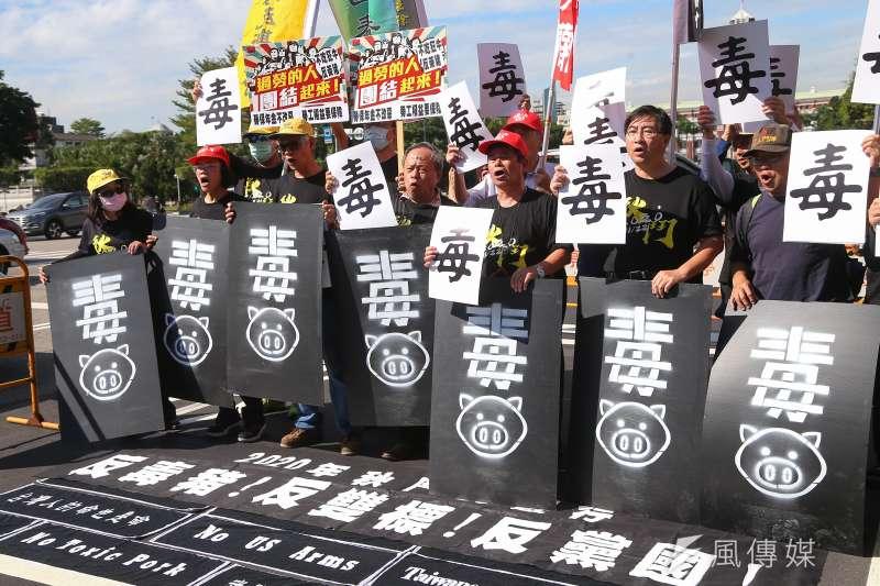 台灣將在明年元旦開放進口萊豬,民眾對食安的疑慮也隨之高漲。圖為2020秋鬥遊行。(資料照,顏麟宇攝)
