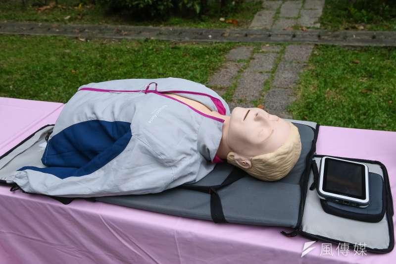 高雄市一名女子替休克的女同事CPR,卻反被對方指控她操作不當而導致胸部、手部出現傷口,甚至揚言提告。示意圖。(資料照,顏麟宇攝)