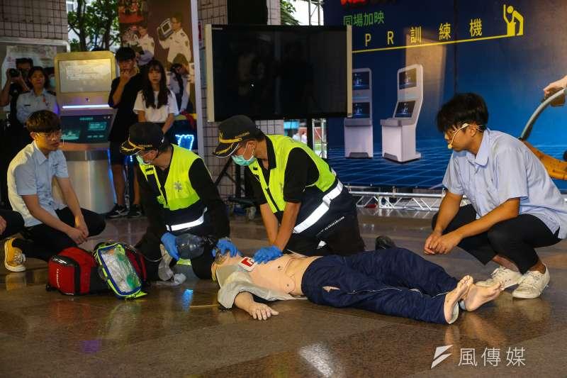 一名女網友日前幫心肺功能停止的同事進行CPR,在沒有AED的情況下,足足按壓了15分鐘,最後成功救回同事,不料同事醒來卻反咬讓他受傷。(資料照,顏麟宇攝)
