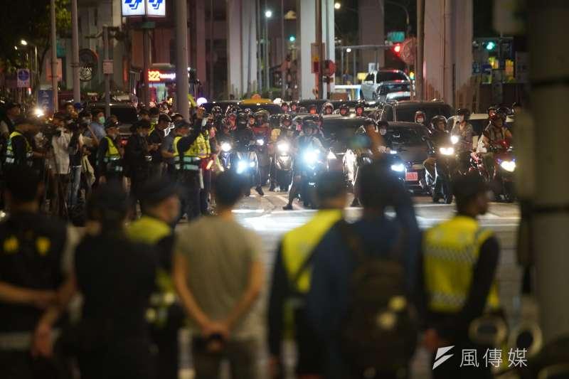 台灣機車路權促進會曾在台北市鄭州路、塔城街口舉行「待轉大富翁」活動,現場出動眾多警力維持秩序。(資料照,盧逸峰攝)