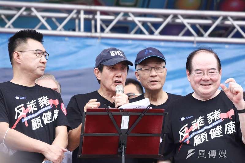 首度參加秋鬥大遊行的的國民黨全黨動員,包括國民黨主席江啟臣(左一)、前總統馬英九(左二)、前主席吳敦義(右二)與國民黨秘書長李乾龍(右一)都出席了。(陳品佑攝)