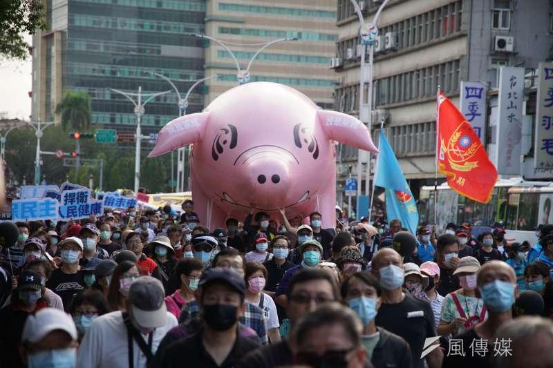 台灣民意基金會董事長游盈隆指出,民進黨支持者有4成以上贊成反萊豬、藻礁、公投綁大選的公投案,顯示民進黨支持者內部陷入嚴重分歧跟對立狀況。圖為2020秋鬥遊行。(資料照,盧逸峰攝)