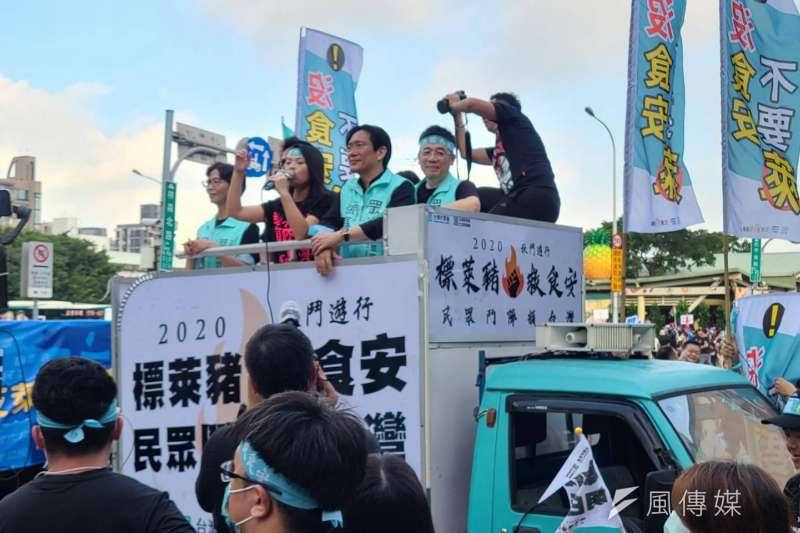 2020秋鬥遊行於22日登場,北平東路上國民黨、民眾黨卡車一前一後喊聲拚場。(潘維庭攝)