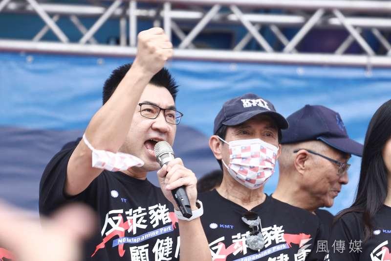 秋鬥遊行前國民黨於中正紀念堂集結,國民黨主席江啟臣(左)上台發表談話。(陳品佑攝)