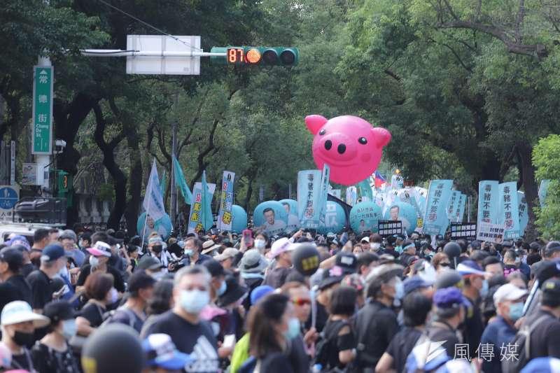 台灣民意基金會的最新民調顯示,6成4民眾不滿意萊豬政策,有6成2贊成以公投方式阻擋。圖為2020秋鬥遊行。(資料照,陳品佑攝)
