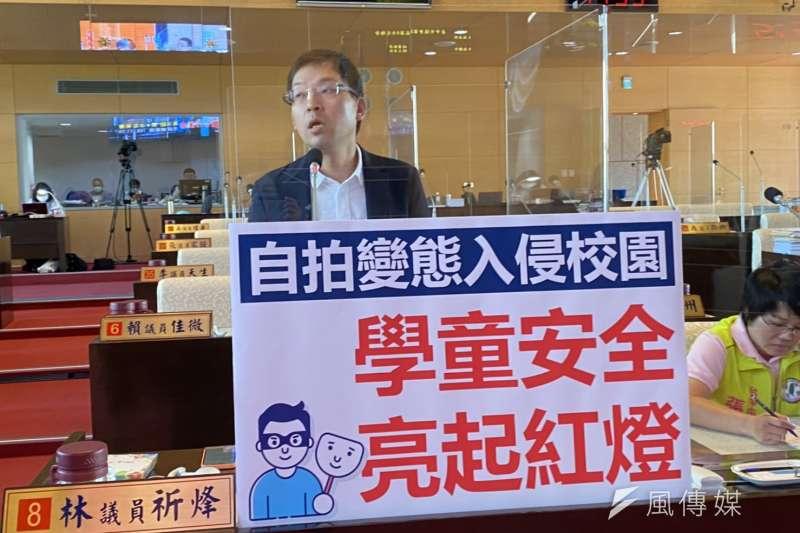 台中市議員林祈烽25日在市政總質詢關心學校有變態裸露自拍案件。(圖/王秀禾攝)