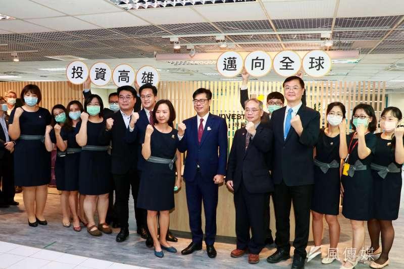 於高雄市政府四維行政中心的「投資高雄事務所」今(25)日揭牌。(圖/徐炳文攝)