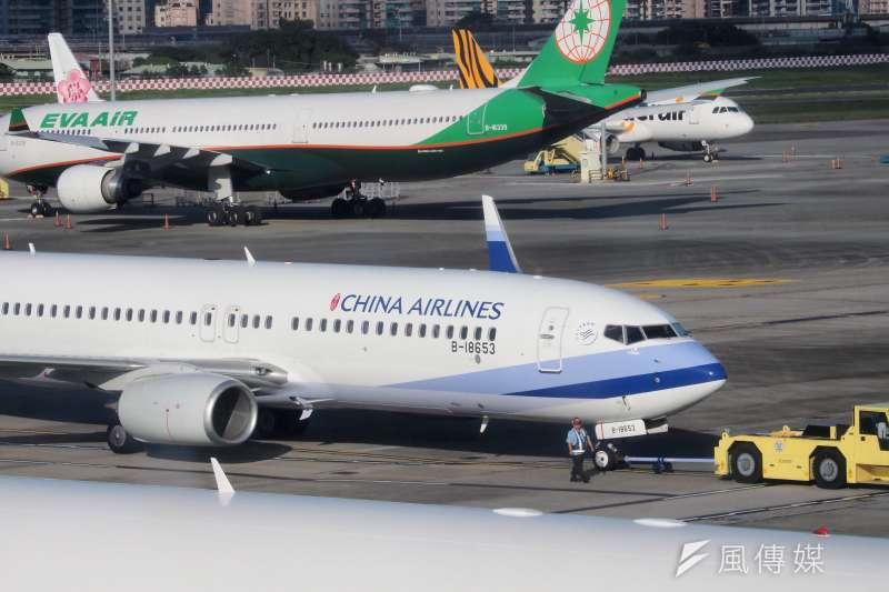 20201126-停在松山機場的華航客機。(林瑞慶攝)