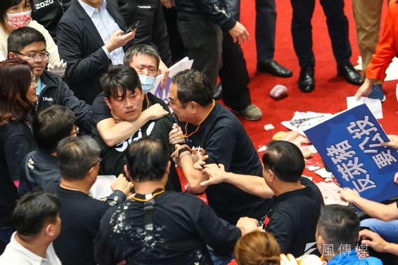 國民黨總召林為洲、台灣基進立委陳柏惟27日於議事攻防時發生推擠拉扯。(顏麟宇攝)