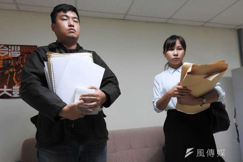 台北市議員林穎孟27日下午帶領律師、駐衛警進入研究室,直接解雇2名辦公室主任林家宇( 左起)、吳香君。(方炳超攝)