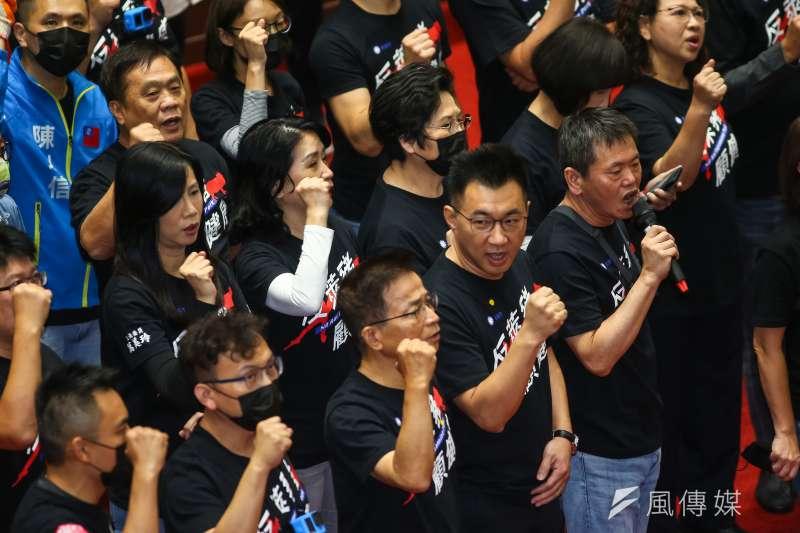 立法院27日再度出現藍綠對峙景象,國民黨主席江啟臣及黨籍立委於發言台前要求國是論壇。(顏麟宇攝)