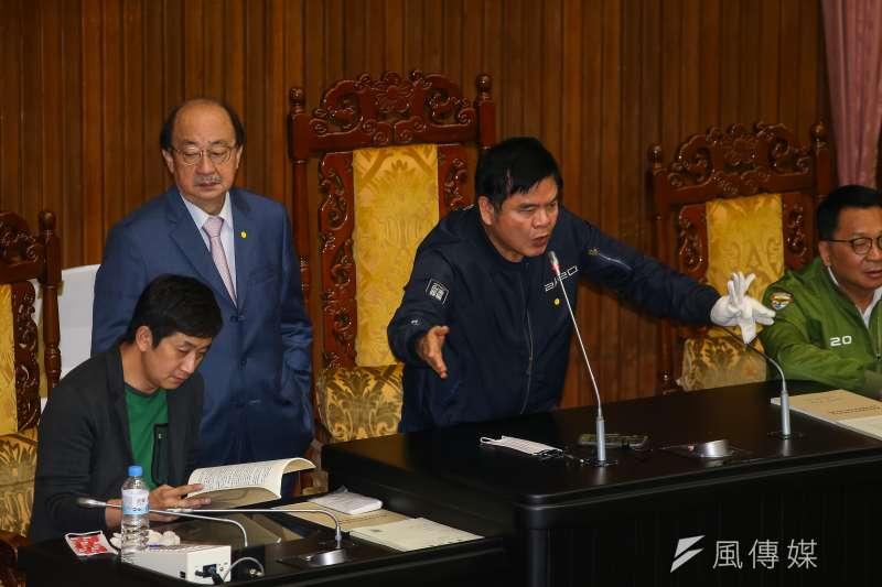 20201127-民進黨立委莊瑞雄27日佔領主席台發言。(顏麟宇攝)