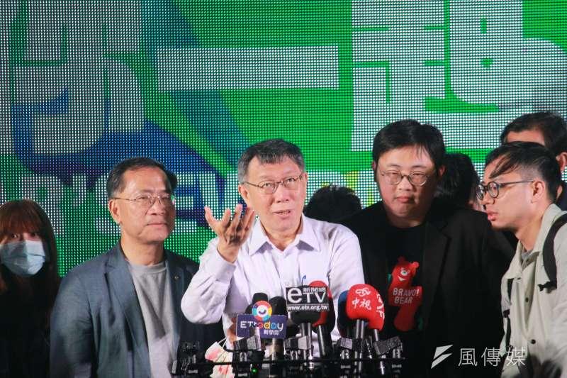 「台北最High新年城-2021跨年」系列活動開跑,台北市長柯文哲(左二)28日晚間親赴大湖公園參加7大藝術裝置及燈飾點燈儀式。(方炳超攝)