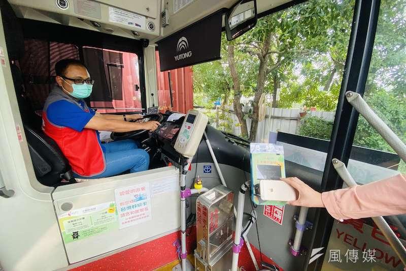 高市府交通局推出期間限定「台灣好行雄愛旺來」電子優惠套票組,只要刷手機QRcode,就能輕鬆遊高雄。(圖/徐炳文攝)