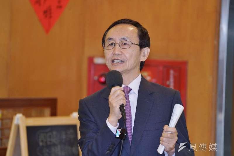 20201201-美麗島電子報董事長吳子嘉1日於記者會提問。(盧逸峰攝)