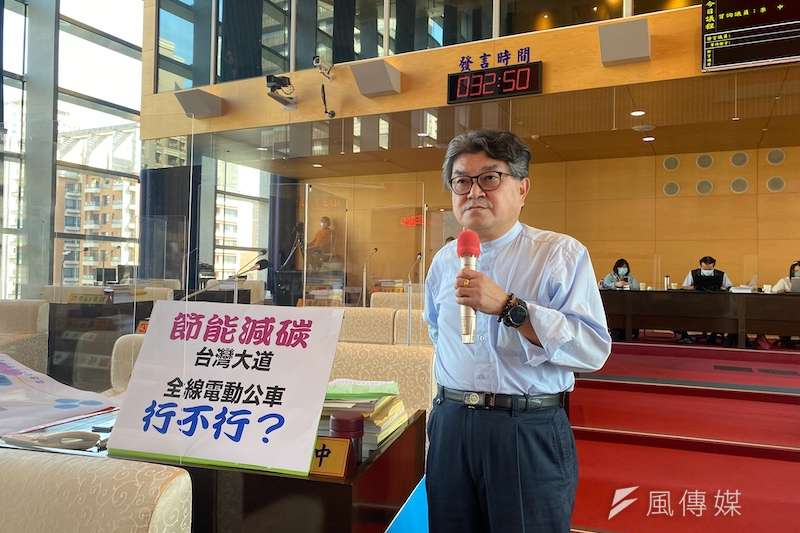 市議員李中關切台中市整體捷運建構進度以及電動公車的使用。(圖/記者王秀禾攝)