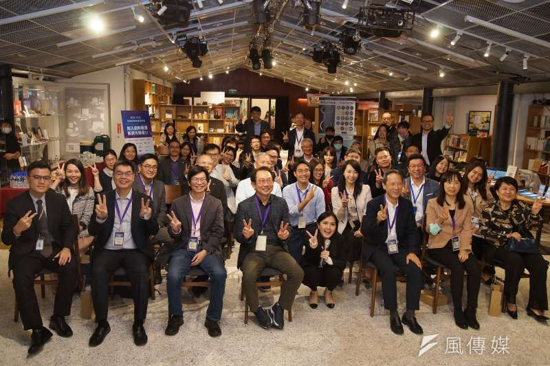 新銳創新聯盟於2日召開「創新轉型、生態圈投資新模式」記者會,新銳資本董事長成群傑(前排左四)與出席者合影。(盧逸峰攝)
