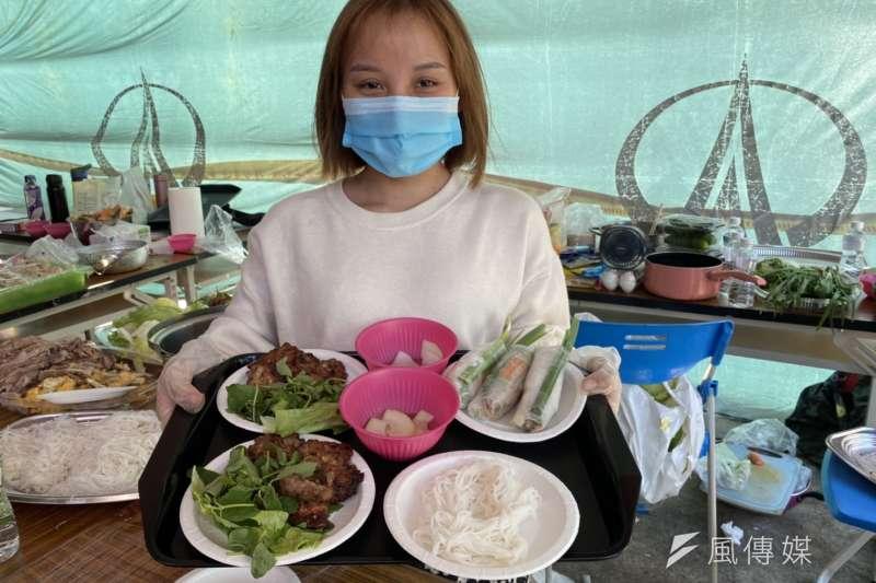 修平科技大學辦理「多元文化國際日」活動,越南學生推出道地越南美食。(圖/記者王秀禾攝)