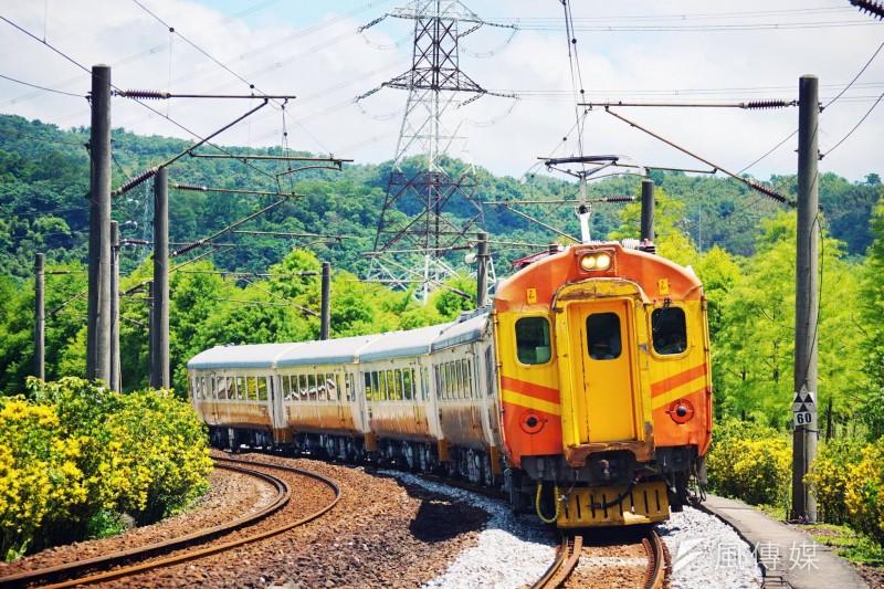 台鐵局局長張政源表示,台鐵將仿效國外、逐年推動5列觀光列車上路,包括翻修EMU100自強號(見圖)等列車。(盧逸峰攝)