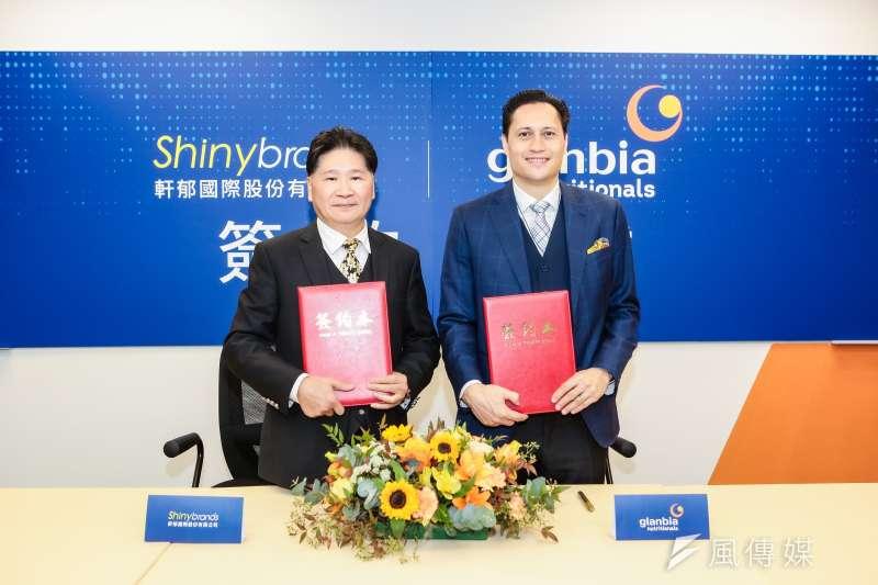 軒郁國際(左)與哥蘭比亞營養有限公司亞太地區副總裁David Townsend (右)進行簽約儀式,取得旗下高端全能乳清蛋白Salibra 台灣獨家代理權。(軒郁國際提供)