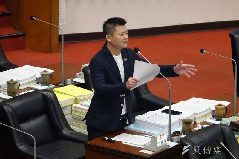 曾俊傑市議員進行市政總質詢,要求市政府要全力加速推動各項建設,讓高雄翻轉過來。(圖/徐炳文攝)