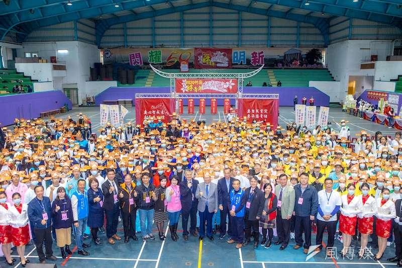 「2020竹縣好青年成年禮活動」,4日上午在明新科大登場,為400位青年學子加冠「登大人」。(圖/方詠騰攝)