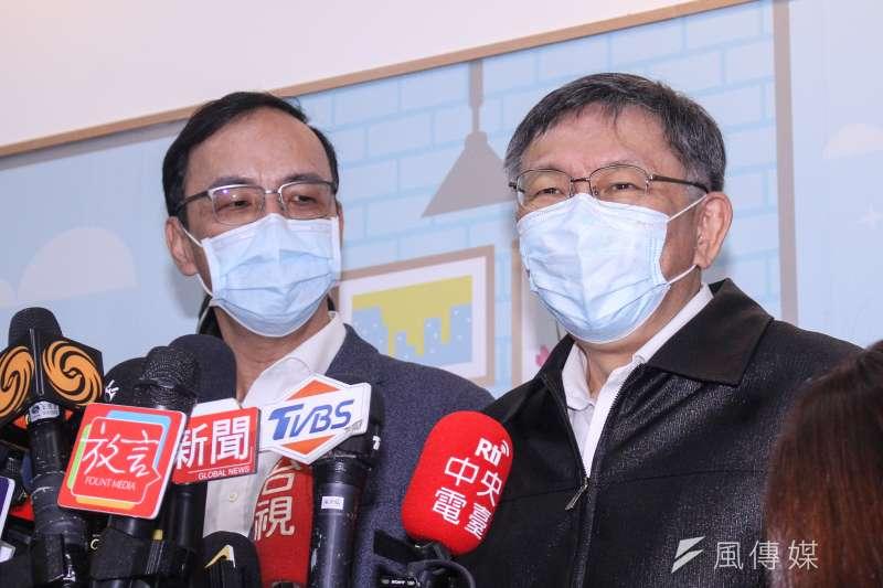 20201204-台北市長柯文哲(右)、前新北市長朱立倫(左)共同出席銀光協會與台北市政府「銀光守護貼記者會」。(蔡親傑攝)
