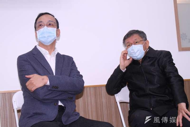 台北市長柯文哲(右起)、前新北市長朱立倫共同出席「銀光守護貼記者會」,睽違2年再度同台。(蔡親傑攝)