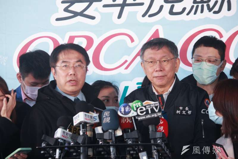 台南市長黃偉哲(左)5日前往台北市自來水園區,與台北市長柯文哲(右)同台宣傳公館聖誕季活動。(方炳超攝)