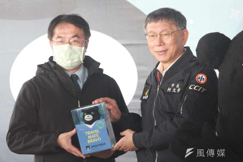 台北市長柯文哲(右)今日與台南市長黃偉哲(左)同台,兩人在受訪時回應有關社宅的問題。(方炳超攝)